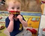 طفل يرفض ارتداء الكمامة داخل حضانة