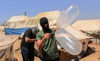 شبان من غزة يطلقون البالونات الحارقة