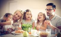 شاهدى :4 طرق لتجعلي وقت الوجبة العائلية ممتعاً