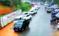 بالفيديو: لحظة انهيار أرضي يسحق عشرات السيارات في الصين