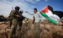 علم فلسطين والجنود.