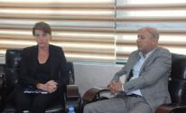 بالصور: تفاصيل لقاء أبو هولي مع مدير عمليات الأونروا في الضفة