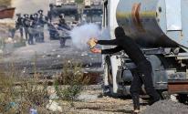 شاهد: عدسة وكالة خبر ترصد مواجهات الشبان مع قوات الاحتلال قرب حاجز