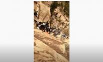 بالفيديو: إنقاذ شخص سقط من جبل القهر بالليث