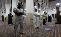 مصريون يؤدّون الصلاة