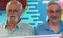 رجل يتقاسم جائزة 22 مليون دولار مع صديقه القديم .. والسبب
