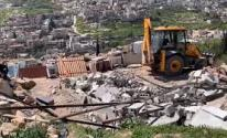 الاحتلال يهدم مسكنًا شرق الخليل.