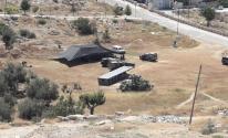 مستوطن ينصب خيمة في أراضي المواطنين شرق يطا.jpg