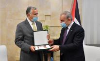 اشتية يقلد سفير البرازيل لدى فلسطين وسام نجمة القدس