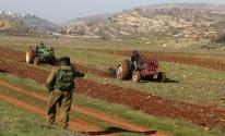 مستوطنون يزرعون أشجار الكرمة بأراضي المواطنين شرق نابلس