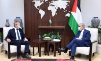 اشتية يُناقش ملف إعمار غزّة مع المبعوث الأوروبي لعملية السلام
