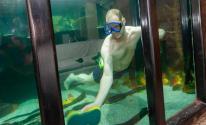 بريطانى عاشق للأسماك يحول جزءا من منزله لحوض مائى لإشباع هوايته