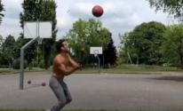 شاب أمريكى يسجل أهداف كرة السلة من مسافات بعيدة بطريقة مذهلة