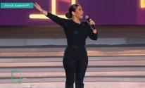 شيرين عبد الوهاب تتحدى قواعد الأناقة في إطلالتها أمام الرئيس