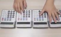 طالب صيني يحول الآلات الحاسبة إلى بيانو يعزف موسيقى مبتكرة ومميزة