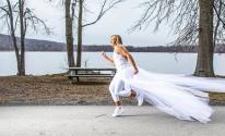 أمريكية تتخلى عن فكرة الزواج وتركض 300 ميل بالفستان الأبيض