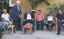 عزام الأحمد خلال زيارة عائلات الأسرى الستة.jpg