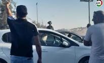 الاحتلال يشن حملة تفتيش دقيقة للمركبات على حاجز