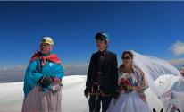 عروسان يقيمان حفل زفافهما أعلى جبل ارتفاعه 6000 متر