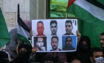 صحيفة عبرية: الأسرى الأربعة سيحرمون من الزيارة وسيتم محاكمتهم بغرف مغلفة