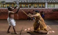 جدة عمرها 78 عامًا تمارس أقدم فنون القتال الهندية بقوة وبراعة