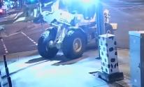 لص استرالي يستخدم جرافة لتدمير واجهة متجر وسرقة دراجتين بخاريتين