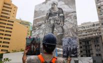فنان برازيلى يرسم جدارية ضخمة لرجل إطفاء من رماد حرائق غابات الأمازون