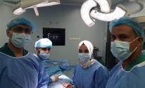 شاهد.. طاقم طبي يُجري 3 عمليات جراحية ضخمة على الشرايين السباتية في غزة