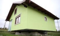 مسن عمره 72 عاما يبنى منزلا دوارا لزوجته تجنبا للملل