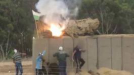 شبان يحرقون منصة لقناصة الاحتلال خلف السلك الزائل