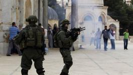بالفيديو: الاحتلال يعتدي على المصلين في الأقصى بالضرب المبرح ويُغلق أبوابه