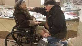 يطلب يدها مجددا بعد 63 عاما على زواجهما