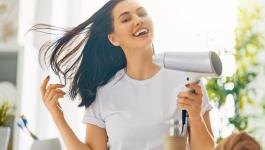 اليكِ سيدتي: 5 حيل عبقرية لتحصلي على شعر لامع فوراً
