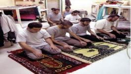 الاسرى يؤدون الصلاة