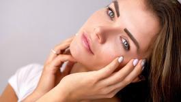 تقنية جديدة بديلة لعمليات التجميل: شد الوجه بالشريط اللاصق، هل ستجربينها؟