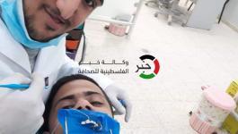 صور: مُتحدياً الإعاقة.. طبيب أسنان من غزّة قرر مداواة نفسه