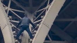 بالفيديوهات: الشرطة توقف رجلا تسلق برج إيفل في باريس