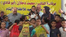 شاهد: كتلة فتح البرلمانية برئاسة دحلان تُقدم لأطفال قرية