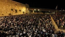 العبري: آلاف المستوطنين اقتحموا حائط البراق بالقدس والأعداد في ازدياد