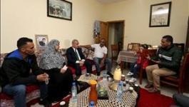 اشتية، خلال زيارته المناضلة ام ناصر أبو حميد، التي هدم الاحتلال منزلها فجر اليوم في مخيم الأمعري
