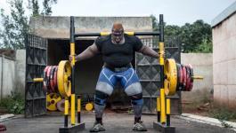 بالفيديوهات: تعرفوا إلى أقوى رجل في أفريقيا .. يتغذى على 8 دجاجات يومياً