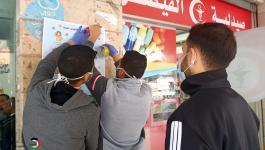 شاهد: حملة لوضع لوحات توعية بفيروس كورونا في مخيم النصيرات