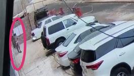 بالفيديو: شاهد لحظة سقوط جدار على سيارات بـ