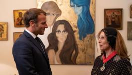 شاهد: الرئيس الفرنسي يلتقي الفنانة اللبنانية فيروز في منزلها ببيروت