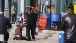 شاهدوا: فيديو لرجل يضرب
