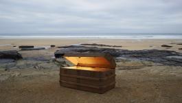 شاهدوا: كنز غامض ينجرف على شاطئ