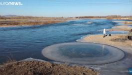 تدفق المياه يصنع قرصا دائريا من الجليد بظاهرة غريبة فى نهر صينى