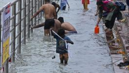 مياه نهر الجانج بالهند تفيض بالذهب على صائدى الكنوز