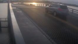 سائق يحطم حاجز مرورى ويقفز بسيارته فوق جسر متحرك لحظة فتحه فى فلوريدا