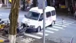 شاهدوا: نجاة طفلة من حادث سيارة بأعجوبة وسط ذهول الأم